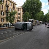Roma, auto si ribalta sui binari del tram: un ferito lieve, traffico in tilt in viale Liegi