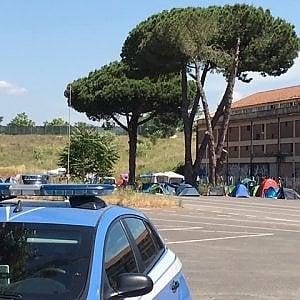 Roma, nuovo sgombero ex Baobab. Volontari difendono le tende dei migranti: multati