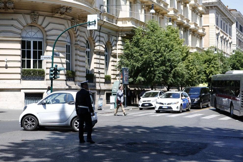 Roma, la Mille Miglia attraversa il centro, disagi e deviazioni