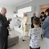 Papa Francesco a Ostia: visita le famiglie a sorpresa per benedire le case