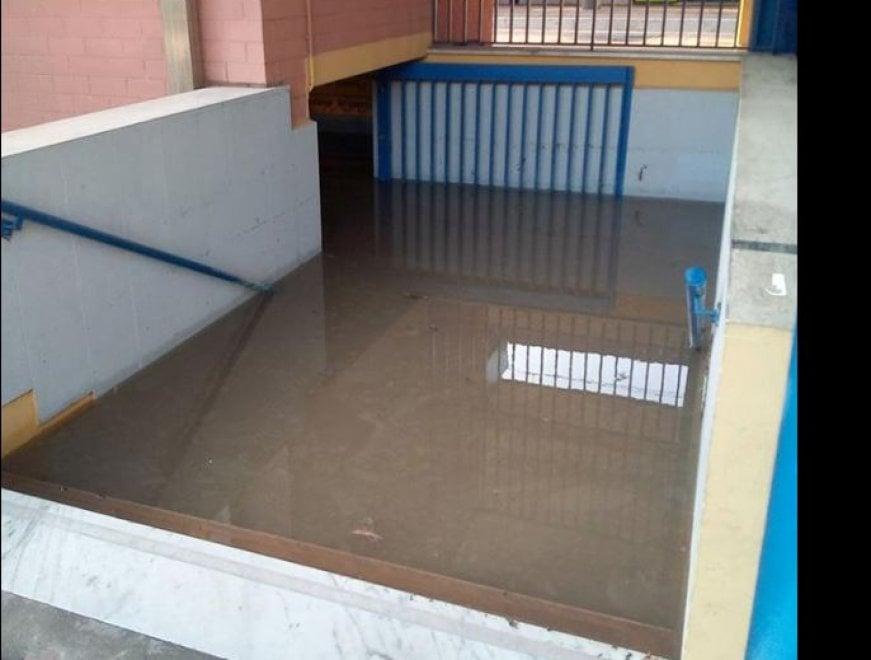 Maltempo Roma, il sottopasso della stazione Aurelia invaso dall'acqua