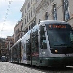 Roma, auto contro tram sulla Gianicolense: grave l'automobilista