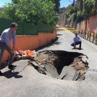 Roma, nessuno ripara la voragine in via Parini: i consiglieri ci giocano a golf