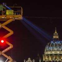 Blitz di Greenpeace in Vaticano: proiettate scritte contro Trump sulla cupola
