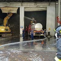 Roma, fiamme in un capannone di rifiuti in via di Malagrotta