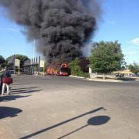 Roma, a fuoco un altro autobus: mezzo in fiamme ad Anagnina