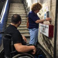 Roma,  tra scale e barriere in trappola: nella metro vietata alle carrozzine