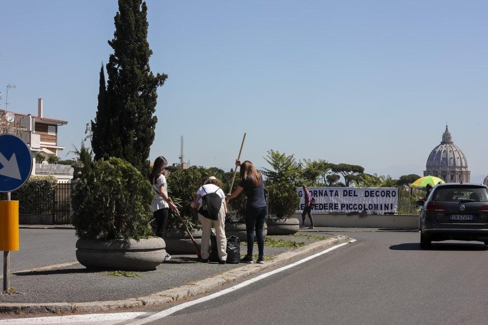 Scope, guanti e buona volontà: a Roma i cittadini ripuliscono il Belvedere Piccolomini