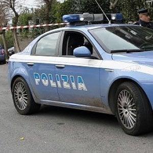 Roma, minacce e violenza contro coppia barricata in auto: arrestati