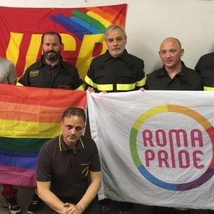 Roma, i vigili del Fuoco sostengono il Pride
