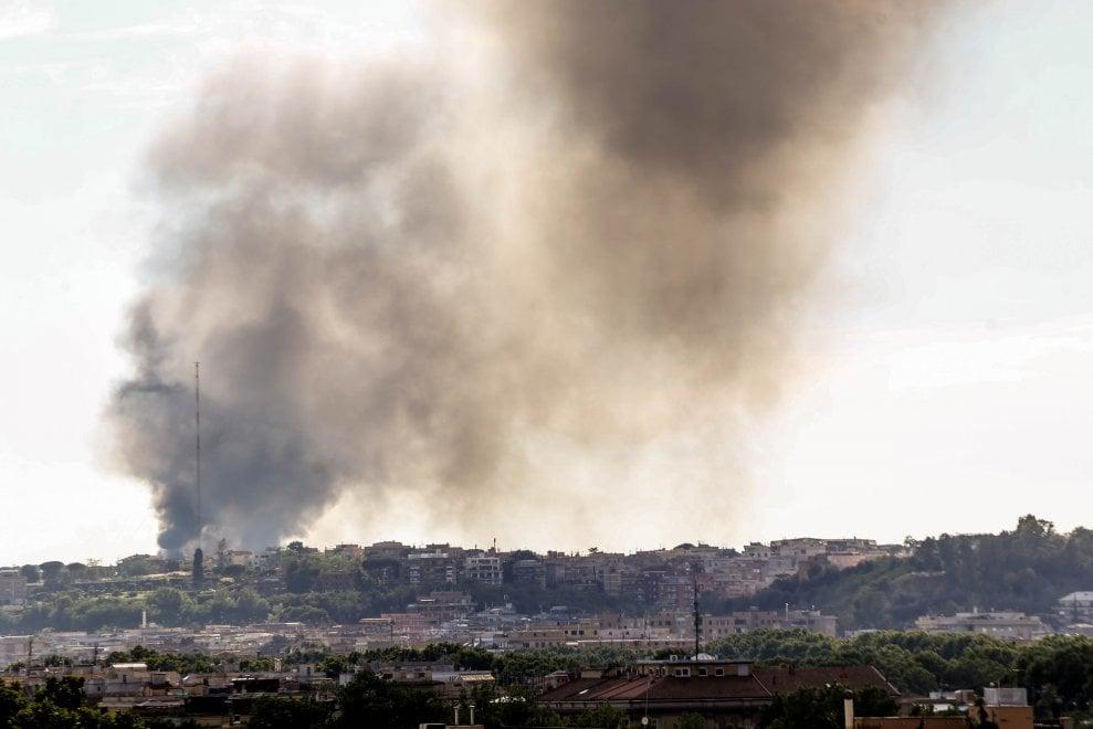 Battistini, in fiamme deposito di rottami d'auto, nube nera sul quartiere