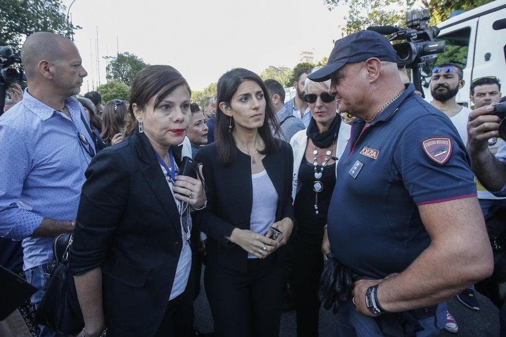 Roma, incendio deposito rottami: l'arrivo della sindaca, il lavoro dei vigili del Fuoco
