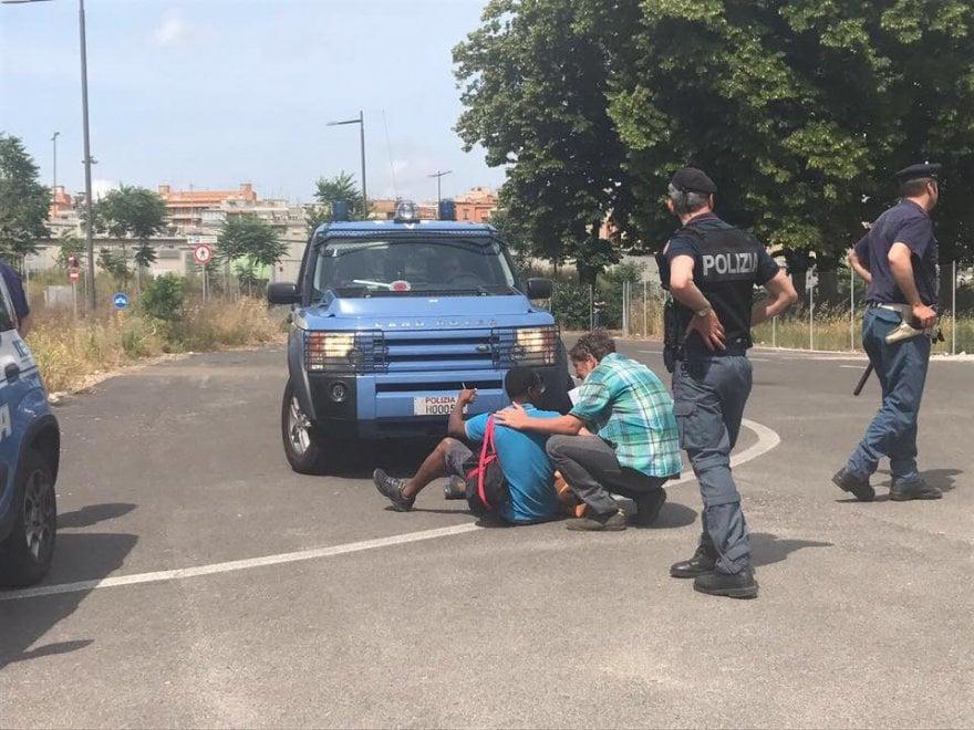 """Roma, ennesimo sgombero Baobab. Volontari: """"E' accanimento, gettati via anche documenti e foto personali"""""""