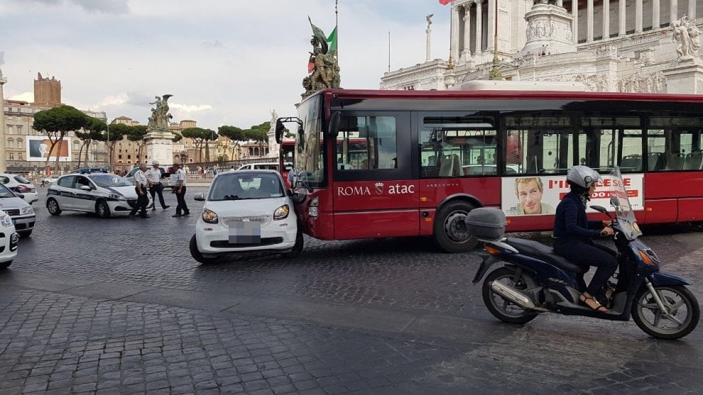 Roma, bus senza conducente finisce su una Smart a piazza Venezia: donna ferita lievemente
