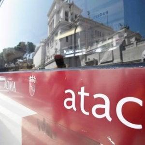 Roma, ancora atti vandalici ai danni Atac: ragazzi lanciano mattoni contro bus