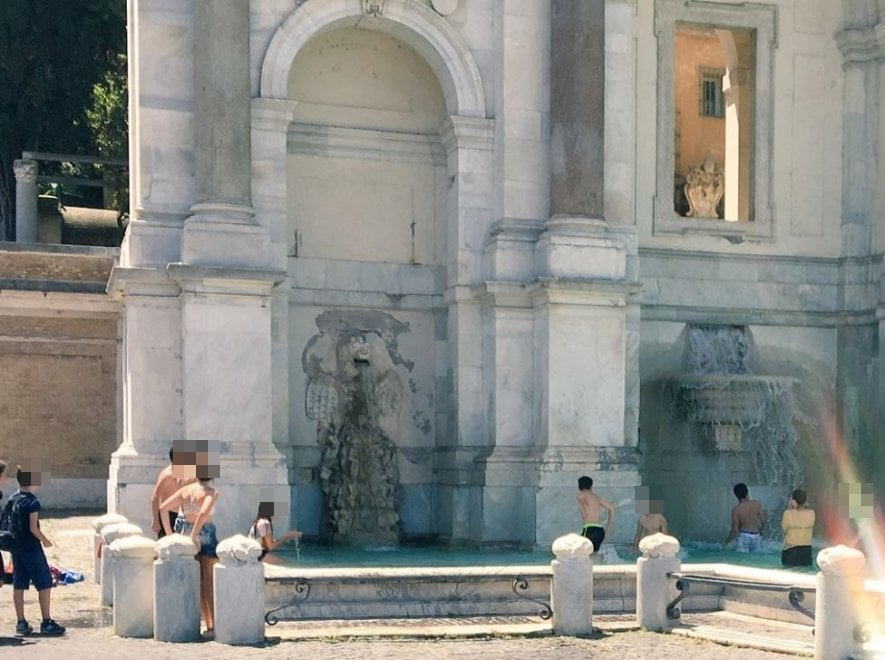 Roma, ancora un bagno nella fontana del Gianicolo: in acqua gli studenti a fine scuola