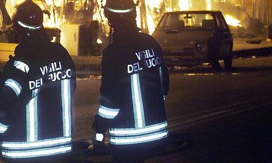 Roma, fiamme al Torrino: distrutte o danneggiate 40 autovetture