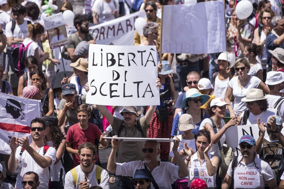 Roma, contro i vaccini in piazza per dire no al decreto Lorenzin