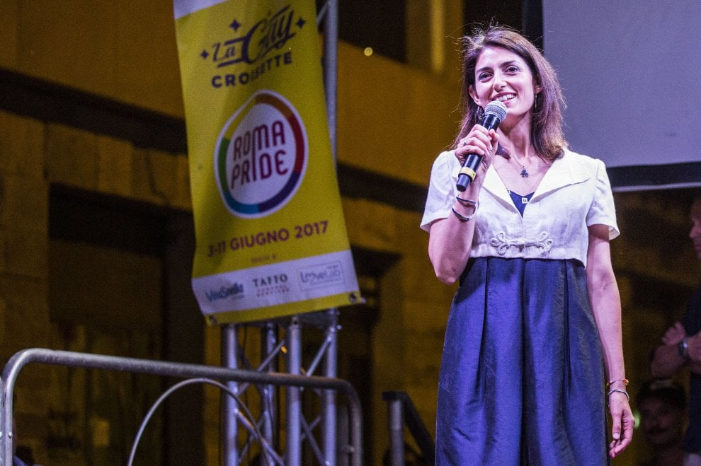 Roma, Raggi a sorpresa in visita alla Gay Street