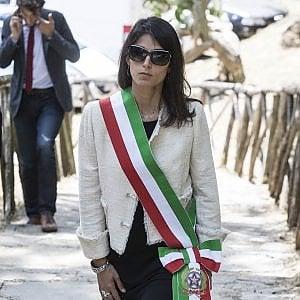 """Raggi al prefetto di Roma: """"Limitare presenza migranti"""" Grillo: """"Chiusura campi rom"""" Renzi: """"Prende in giro italiani"""""""