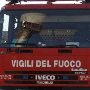 Roma, incendio distrugge quattro auto in piazza della Consolazione