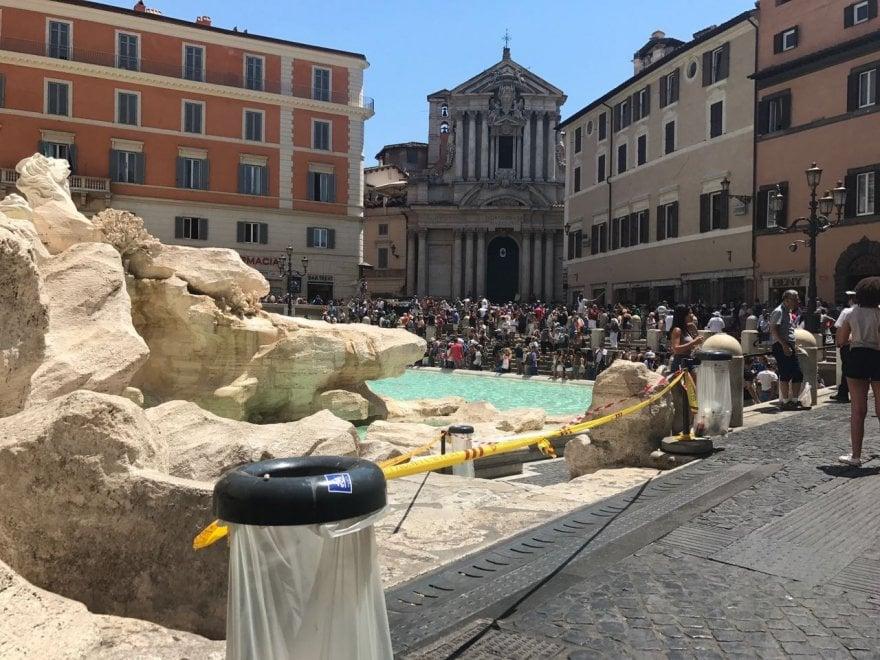 Roma, ordinanza anti bivacco: a Fontana di Trevi appaiono i nastri gialli