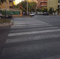 Roma, Colli Portuensi: le strisce pedonali già sbiadite a due settimane dall'incidente