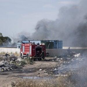 """Roma, fiamme nel campo nomadi La Barbuta: """"Lo fanno per estrarre il rame"""""""