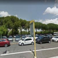Roma, via di Val Cannuta, muore per strada, forse un malore