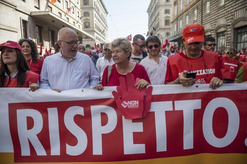Lavoro, in migliaia in piazza a Roma con  la Cgil contro voucher e precariato
