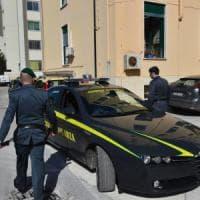 Roma, abiti e scarpe firmate contraffatte: smantellata una centrale al Pigneto