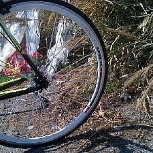 Tivoli, camion dei rifiuti aggancia bici: muore ciclista