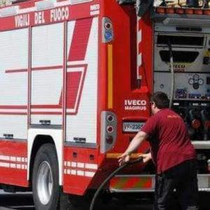 Roma, incendio di sterpaglie vicino ai binari all'Appio bloccata la linea ferroviaria