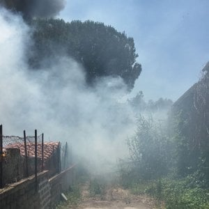 Roma, sterpaglie in fiamme: vasto incendio a Casetta Mattei
