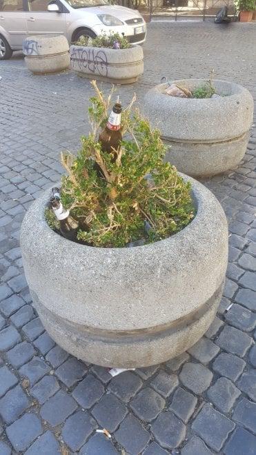 """Degrado a  Trastevere, """"I posti più belli della Capitale in mano ai vandali"""". Le foto di una lettrice"""