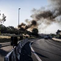 Roma, ancora incendi nel quadrante sud-est: a fuoco anche una discarica abusiva