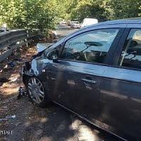 Roma, travolti da auto mentre compilano il cid: in due finiscono in ospedale