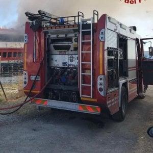 Roma, sterpaglie a fuoco  in via Candoni vicino al campo rom