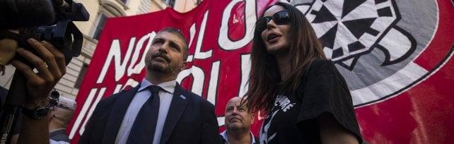 """La protesta di CasaPound contro lo 'ius soli'  """"Siamo in cinquemila. Faremo referendum""""  foto"""
