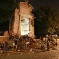 Cocci, rifiuti e gabbiani passata la movida in giro per il centro di Roma resta solo monnezza