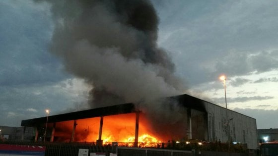 Monterotondo, fiamme nel capannone di una ditta che tratta rifiuti