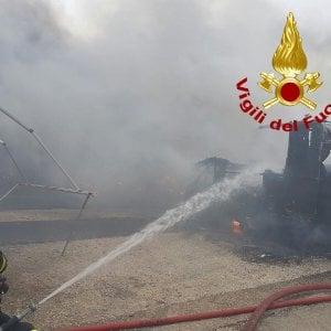Roma, in fiamme 25 camper in un deposito di via del Flauto