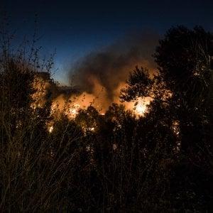 Roma, incendio vicino al Gazometro: nessun ferito