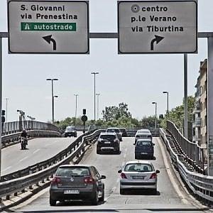 Addio a Villaggio, cordoglio di Raggi. Parte la petizione per intitolargli la tangenziale Est