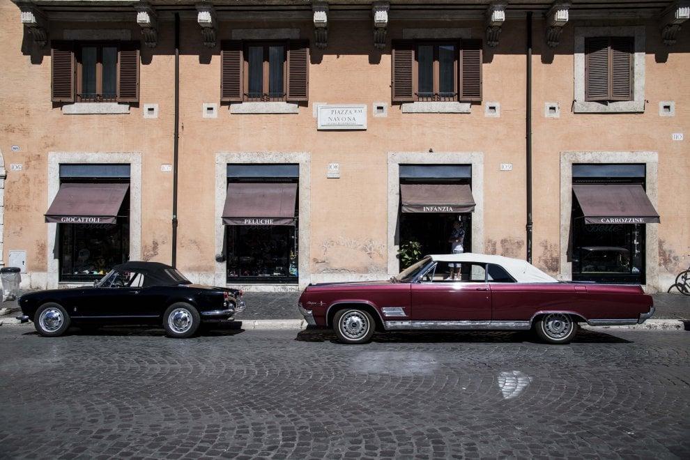 Auto d'epoca e cabine del telefono: piazza Navona indietro nel tempo per il film di Ridley Scott