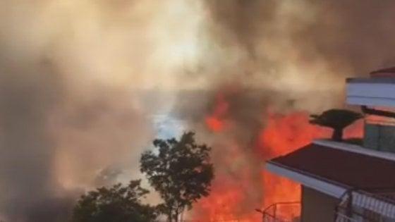 Roma, gli incendi flagellano la provincia: fiamme da Tivoli a Nettuno