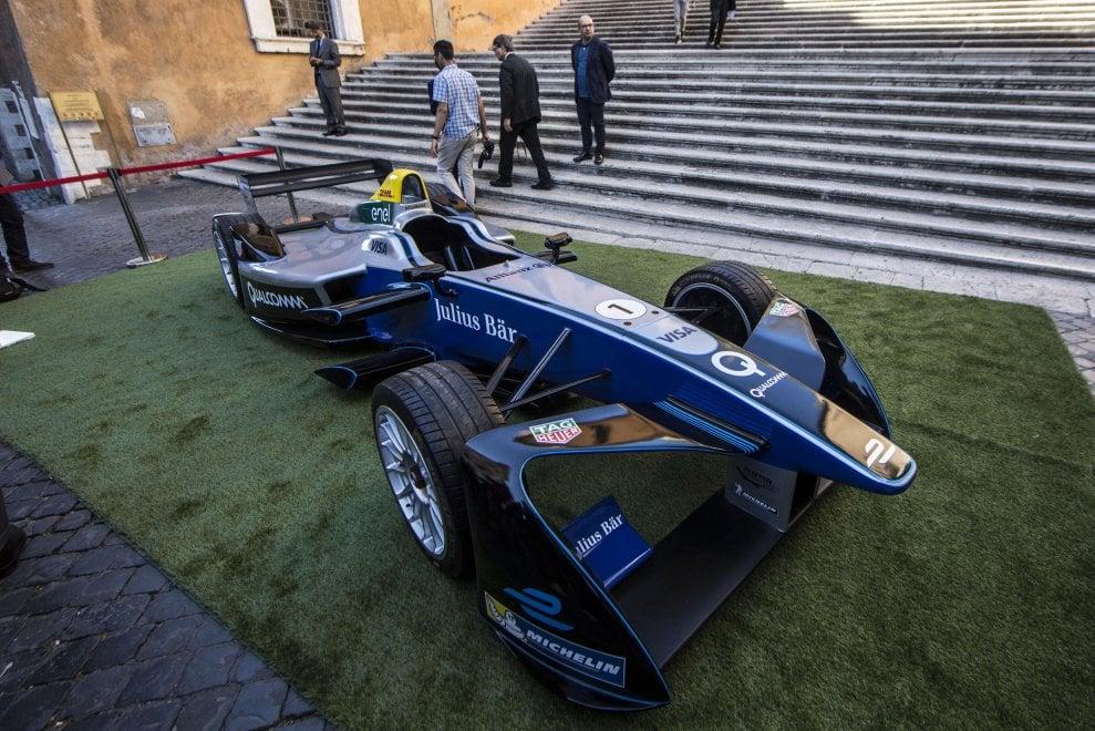 Roma, sorpresa in Campidoglio: c'è una monoposto della Formula E