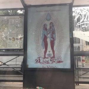 Manifesti blasfemi alle fermate bus a Roma, denunciato uno street artist