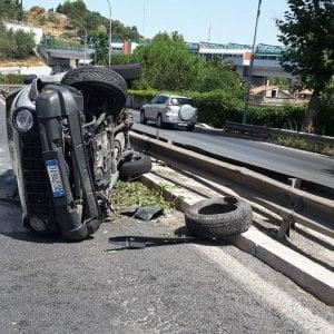 Roma, si cappotta tre volte e danneggia auto parcheggiate: positivo a alcol e droga