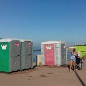 Roma, se non c'è il lido a impedire la vista del mare spunta il wc